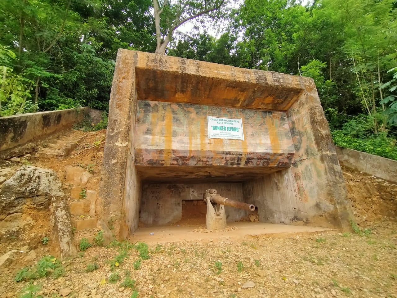 Meriam di dalam bungker Jepang di lereng bukit di Mata (dok. Lasak.id)