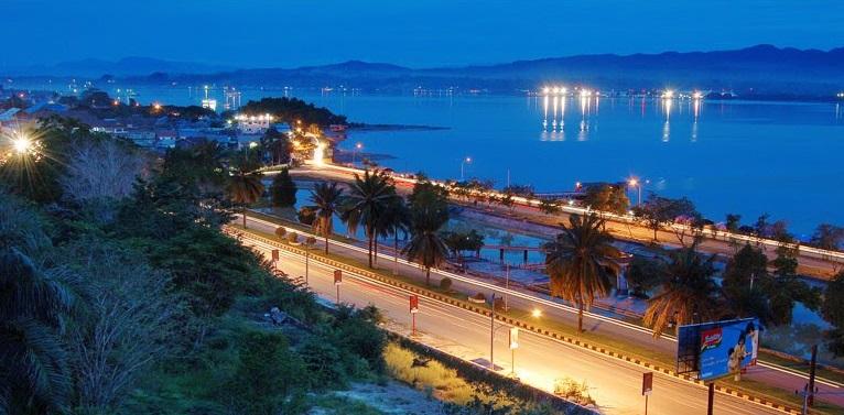 Pemandangan Teluk Kendari di malam hari